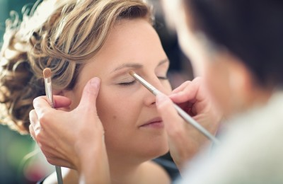 Look at the national average and other factors to determine how much you might be able to make as a cosmetologist.